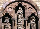 Bischof Meinwerk Statuen in den Giebelarkaden des Querhauses des Doms in Paderborn: Meinwerk (links), Maria und Bischof Simon I. zur Lippe, Bischof von Paderborn von 1247 bis 1277